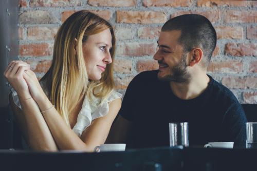 3つの仕草から脈ありサインを見抜く恋愛心理学の極意